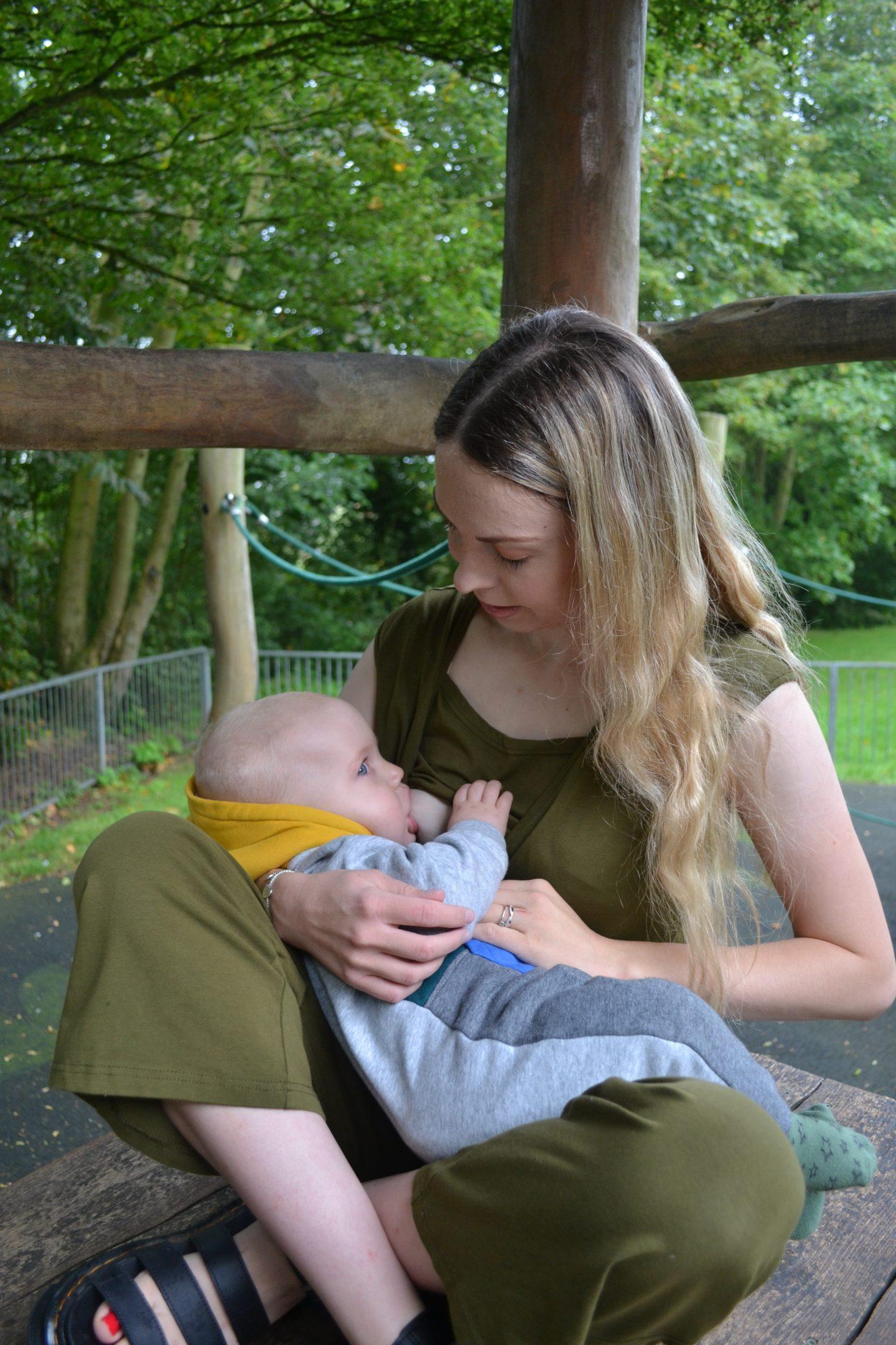 Discreet breastfeeding in Stylish Mum jumpsuit
